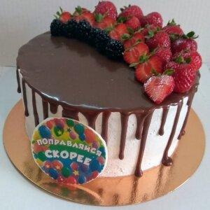 Торт с подтеками и свежей клубникой