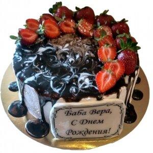 Мраморный торт с подтеками и клубникой