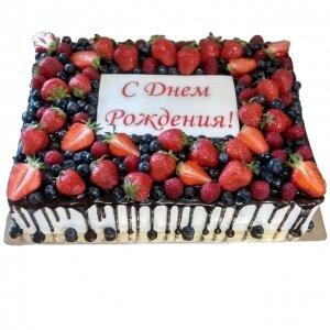 Торт с подтеками и свежими ягодами